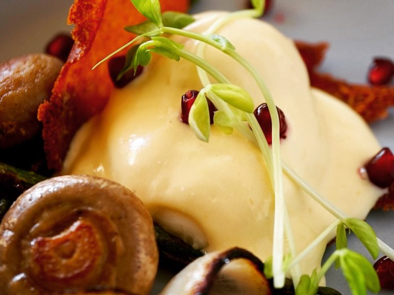 POACHED EGG WITH ASPARAGUS AND MUSHROOM